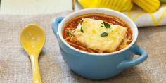 Deilig tomatsuppe med ostegratinerte brødskiver - Den hjemmelagde tomatsuppeversjonen er ut av en helt annen verden enn posevarianten. Dette er superbillig og god hverdagsmiddag.
