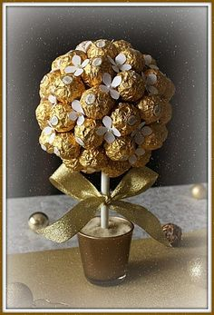 Discover thousands of images about Bouquet ferrero Cookie Bouquet, Diy Bouquet, Candy Bouquet, Wedding Bouquet, Food Bouquet, Chocolate Flowers, Chocolate Bouquet, Christmas Crafts, Christmas Decorations