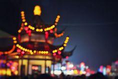 失焦,这才是一张失焦的图片,这是我多年之前的作品,拍摄是用了手动对焦,整幅作品的内容都是失焦的状态,中国古建筑上的景观灯,在镜头中散射成为一个个美丽的光斑,组成了拥有中国味道的轮廓,构出了一幅不俗的作品!