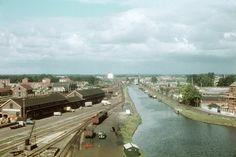 1961. Het Overijssels Kanaal, ter hoogte van het Almelo-Nordhornkanaal. Links het stationsemplacement.