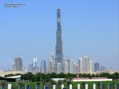 The Burj Khalifa in Dubai is the tallest manmade structure in the world, truly an incredible engineering feat. Desktop Themes, High Building, Cool Desktop, Burj Khalifa, Wonderful Places, San Francisco Skyline, Amazing Art, Engineering, The Incredibles
