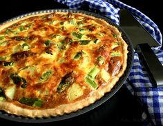Grønsagstærte med asparges, kartofler og spinat. Lækker vegetarmad til både frokost og aftensmad og så er tærter perfekte til at begrænse madspild.
