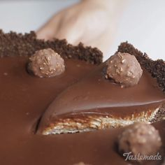 Ferrero Rocher Cheesecake This cheesecake has all the textures and chocolatey flavors to make your tastebuds explode with pleasure! Chocolat Ferrero Rocher, Ferrero Rocher Cheesecake, Fererro Rocher Cake, Yummy Treats, Sweet Treats, Yummy Food, Yummy Mummy, Yummy Snacks, Cheesecake Recipes