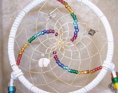 Arc en ciel CHAKRA spirale Triple 5inch Dreamcatcher en blanc par des rêves de plumes