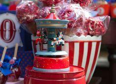 Nós já postamos várias festinhas com o tema circo por aqui, sempre bem coloridas! Mas esta, decorada por Juliana Bajon, da Fête, teve uma leitura diferente