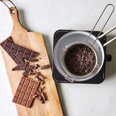 Guide til hjemmelavet chokoladepynt Guide, Coffee Maker, Kitchen Appliances, Coffee Maker Machine, Diy Kitchen Appliances, Coffee Percolator, Home Appliances, Coffee Making Machine, Coffeemaker