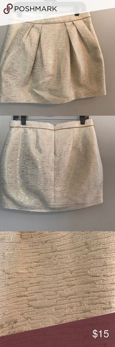 Gold skirt with pockets Gorgeous gold and cream skirt from F21 with pockets! Looks amazing with a chambray shirt. Excellent condition, zipper closure Forever 21 Skirts