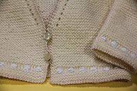 Chaquetita básica para bebé  Chaqueta básica para el bebé, fácil de hacer,muy ponible y con muchas posibi... Baby Knitting, Sweaters, Blog, Handmade, Irene, Amelia, Angeles, Manga, Fashion