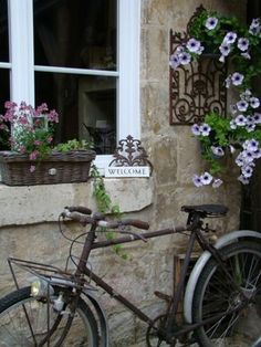A lovely scene Love French, French Country Style, Romantic Things, Beautiful Things, Bicycle Pictures, Porches, Cool Bicycles, Vintage Bicycles, Deco