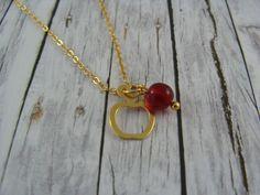 Der filigrane Apfel besteht aus vergoldetem Silber und wird durch eine kleine, rote Perle verziert.  Die Kette hat eine einfache Länge von ca. 25 cm.  Material: vergoldeter Anhänger / feine,...