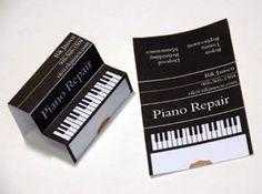 Curioso diseño de una tarjeta que jugando con los pliegues simula un piano.