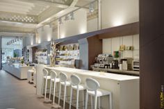 Integration and Versatility Brescó Bakery in Barcelona, by the Brescó Master Chocolatiers. This project is placed in the basement of one of the most emblematic buildings by Gaudi in which has been included Neolith (Avorio and Chocolate, Colorfeel collection) to create a very personal atmosphere.
