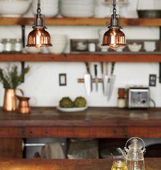 キッチンにぶら下がる雰囲気抜群のハンギングランプ   住宅デザイン