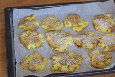Knuste kartofler med hvidløg rosmaring og parmesan Parmesan, Muffin, Good Food, Breakfast, Foods, Blog, Handmade, Morning Coffee, Food Food