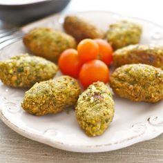 Los falafel son uno de los platos más apreciados de la cocina de Oriente Medio, originarios de la cocina libanesa, aunque se han extendido por todo el mundo árabe, donde son muy apreciadas estas deliciosas croquetas de garbanzos fritas. Son además una buena alternativa vegetariana, y se sirven tal cual o bien dentro de los …