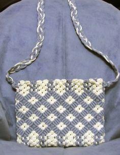 Resultado de imagen para macrame purses and bags Macrame Purse, Macrame Knots, Micro Macrame, Crochet Handbags, Crochet Purses, Crotchet Bags, Macrame Supplies, Macrame Design, Macrame Tutorial