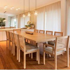 """""""Sala de jantar l Pendentes clean deixou o destaque todo para a mesa de madeira com cadeiras de palhinha, amei!!! Projeto @anexo.arquitetura #dinningroom…"""""""