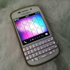 #inst10 #ReGram @bibs_endah: Sebenernya sukaaa banget sama penampilan BB Q 10 ini...pas di genggaman kalo ngetik ciri khas blackberry banget pake jempol kiri kanan  Sayaanng...fitur2nya gak lengkap satu per satu fitur unggulan dilepas dari device yg satu ini pertama aplikasi FB dicabut dan akhir Desember 2016 kmrn terakhir kalinya menikmati WA di dirinyah  Kasian...mungkin mau nyusul Nokia  #smartphone #white #Blackberry #BlackberryQ10 #myoldphone  #BlackBerryClubs #BlackBerryPhotos #BBer…