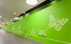 Ainoa é um shopping center localizado na cidade jardim de Tapiola, na parte ocidental da grande Helsinki (Finlândia). A agencia Bond criou a identidade visual, gráficos e sinalização para o novo shopping com uma linguagem inspirada pelo próprio logotipo, a ilustração de uma árvore, ícone da cidade jardim.