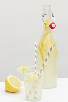 – Ohhh… Mhhh… homemade lemonade … tried and classified as perfect. I can only recommend. Fresh Lemonade Recipe, Best Lemonade, Homemade Lemonade Recipes, Homeade Desserts, Refreshing Drinks, Summer Drinks, Fun Drinks, Non Alcoholic Drinks, Cocktail Drinks