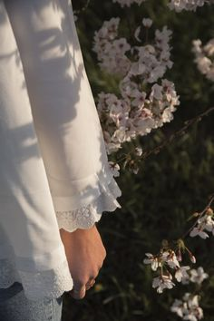 Victorian Era Fashion, Techniques Couture, Sewing Lessons, White Dress, Activities, Diy, Inspiration, Bracelets, Dresses