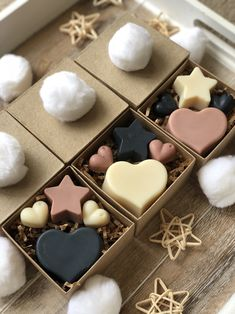 Soap gift box Square kraft gift boxes with a lid embellished with a soft snowball or wooden star. Filled with natural heart and star soaps. The combination of pink, black and white is stunning and makes a great Christmas gift. Handmade Soap Recipes, Handmade Soaps, Soap Packing, Christmas Soap, Soap Display, Soap Boxes, Diy Candles, Home Made Soap, Creations