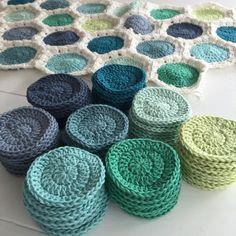 Karen Klarbæks Verden: Drengetæppe til baby er på vej Crochet Mandala Pattern, Granny Square Crochet Pattern, Crochet Round, Crochet Home, Love Crochet, Crochet Yarn, Crochet Patterns, Yarn Projects, Knitting Projects
