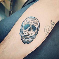 Tatuaje de una calavera de azúcar situado en el antebrazo...