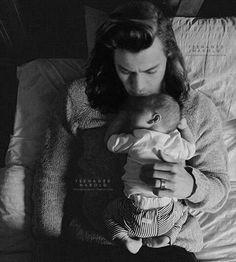 Discovered by jessxxyo. Find images and videos about louis tomlinson, baby and Harry Styles on We Heart It - the app to get lost in what you love. Harry Styles Family, Harry Styles Baby, One Direction Harry Styles, One Direction Videos, Harry Styles Pictures, One Direction Pictures, Harry Edward Styles, Mr Style, My Life Style