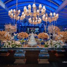 A festa é de 15 anos, mas esta mesa com este lustre ficou um luxoooo!!!