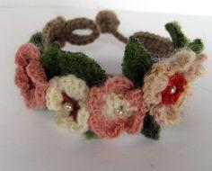 Blumenarmband,+Wolle+gehäkelt+von+Brinker+Atelier+auf+DaWanda.com