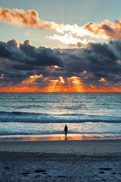 Beautiful sunset at the beach Beauty & Beach & Leisure Schöner Sonnenuntergang am Strand Beautiful Sunset, Beautiful Beaches, Beautiful World, Wonderful World, Cool Photos, Beautiful Pictures, Belle Photo, Wonders Of The World, Nature Photography