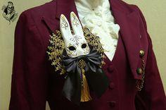 Spilla Masquerade coniglietto nero e di MissDangerShop su Etsy