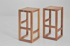 Taburete alto de madera maciza STEP By Vitamin Design diseño GG designart - Expolore the best and the special ideas about Chair design Solid Wood Furniture, Diy Furniture, Furniture Design, Modern Furniture, Diy Stool, Wood Stool, Concrete Stool, Teak Wood, Wooden Stool Designs