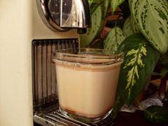 """Yogurt de café vienes """"Un segundo mas tarde""""  Aumentar las dosis!! Ver en otros... 600ml de leche, 100ml de nata liquida, 1 sobre de café capuchino, 1 yogurt natural, 75gr de azúcar, 50gr de galletas (luego suben) y sirope de chocolate.  Preparamos los vasos con un fondo de sirope de chocolate cada uno. Batimos el resto de los ingredientes y vertemos la mezcla sobre el sirope. 9 hs y ya tenemos postre! :) Crazy Cakes, Sweet Recipes, Glass Of Milk, Panna Cotta, Pudding, Coffee, Ethnic Recipes, Desserts, Food"""