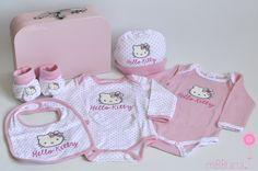 ¿No os parece adorable esta canastilla de bebé? Un bonito conjunto de Hello Kitty para que la pequeña luzca más guapa todavía desde sus primeros días. http://www.mibbtarta.es/produc…/maletin-pequeno-hello-kitty/ #regalobebe #regalosoriginales #canastilla #tartasdepañales #hellokitty #babyshower #canastillas #canastillabebe