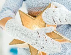 Romanttisissa lapasissa on kimmeltävä pinta ja tuulelta suojaavat pitkät varret. Knitting Socks, Knit Socks, Diy Accessories, Decorative Accessories, Knitting Patterns, Fingerless Gloves, Arm Warmers, Knit Patterns