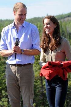 As you can see, Kate was in a more casual ensemble, a camp shirt, her Sebago Bela shoes and another pair of jeans