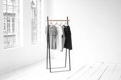 Freistehender Kleiderständer aus Metall und Holz. Hier entdecken und shoppen: https://sturbock.me/083