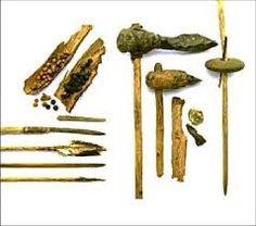 Hier jagen de jagers en verzamelaars mee. Dit zijn wapens en gereedschappen wat ze zelf maken. Hier jagen ze mee. Ze hebben het zelf met de hand gemaakt in de prehistorie. Hier doen ze alles verzamelen.