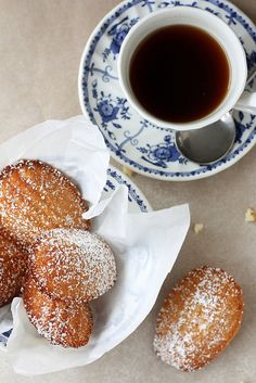 Vanilla Madeleines by Completely Delicious Little Cakes, Coffee Break, Coffee Coffee, Sugar And Spice, Delicious Desserts, Delicious Blog, Dessert Recipes, Afternoon Tea, Love Food