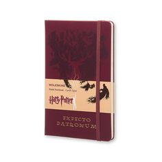 Afmeting 13 x 21 cm   Hardcover   Rood / bordeaux met goudfolie opdruk   Gelinieerd (70 grams) papier   Rood leeslintje en elastiek   Bedrukt schutblad voor en achter   Velletje Harry Potter stickers  [block id=