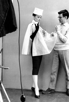 Audrey Hepburn and photographer Richard Avedon working out a pose during a 1956 photo session in Paris.Audrey Hepburn is wearing an ensemble by Givenchy. Richard Avedon, Golden Age Of Hollywood, Old Hollywood, Hollywood Actresses, Classic Hollywood, Hollywood Glamour, Audrey Hepburn Mode, Retro 50, Breakfast At Tiffanys