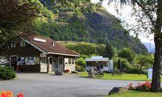 Flåm Camping ligt aan het eind van het Sognefjord en is omgeven door het prachtige fjordengebied, wat is uitgeroepen tot werelderfgoed van Unesco. Een gedeelte van de camping is terrasvormig en vanaf de terrassen heeft u een prachtig uitzicht op de dagelijkse arriverende cruiseschepen en op de wereldberoemde Flåm spoorlijn. Flåm camping wordt al jarenlang gerund door de familie Håland. De ontvangst is altijd vriendelijk, de plaatsen zijn prima en het sanitair is zeer goed verzorgd.
