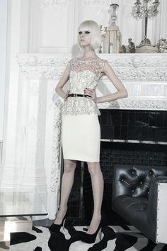 Это интересное коктельное платье можно повторить: взяв платье без бретелек и прозрачный топ. Получиться не хуже.