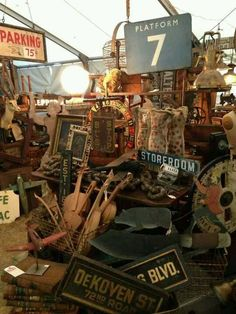 i want to ho to this place. Flea Market Style, Flea Market Finds, Flea Markets, Vintage Market, Vintage Shops, Craft Booth Displays, Finding Treasure, Market Displays, Antique Show