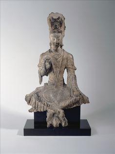 Avalokitesvara - Fin du Ve siècle, dynastie des Wei du Nord (386 – 534)  Province du Shanxi, site de Yungang.  Grès  H : 43.5 cm L : 26 cm l : 7.5 cm