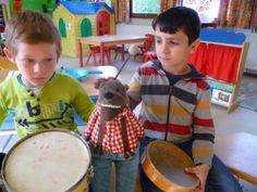 Home - Openschool Het Berenbos Muzikaal verhaal rond roodkapje, elk personage zijn eigen instrument, hier wolf met trom