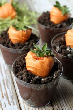 Make your chocolate covered strawberries extra special in oreo dirt! Easter Chocolate Covered Strawberries Shaped Like Carrots Easter Dinner, Easter Brunch, Easter Party, Bunny Party, Easter Table, Easter Gift, Holiday Desserts, Holiday Treats, Holiday Recipes
