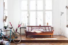 mes caprices belges: decoración , interiorismo y restauración de muebles: SUELOS DE ESPIGA Y GRANDES VENTANALES EN UN APARTAMENTO EN BERLÍN/TANG FLOORS AND LARGE WINDOWS IN AN APARTMENT IN BERLIN /